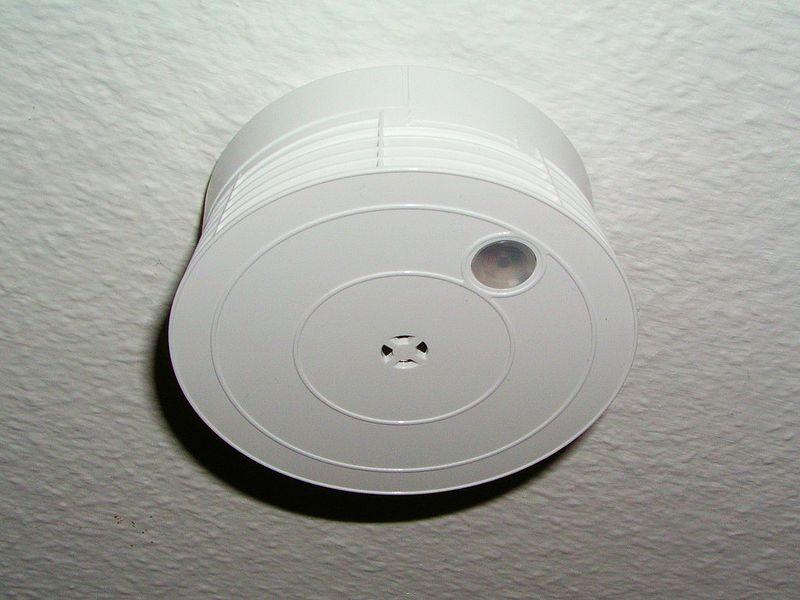 rookmelder op het plafond.
